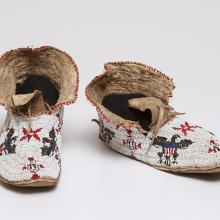 "<a href=""https://spencerartapps.ku.edu/collection-search#/object/39003"" target=""_blank""><i>pair of beaded moccasins</i> by Sioux peoples</a>"